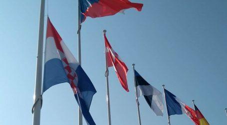 Hrvatska zastava pred sjedištem NATO-a na pola koplja