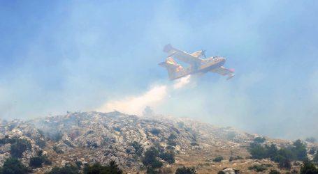 Dva air tractora i kanader gase požar kod Šibenika