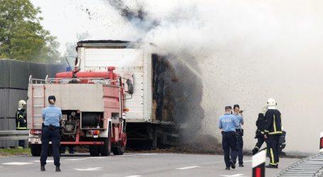 Na osječkoj obilaznici se zapalio kamion, požar gasi više od 20 vatrogasaca