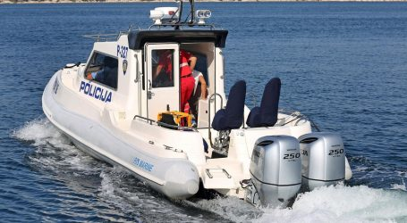 Katamaran s turistima udario u obalu, troje ozlijeđenih