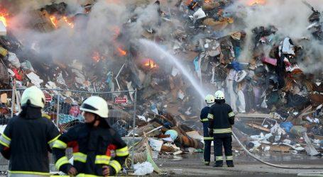 Deseci vatrogasaca na požarištu u Jakuševcu, smrad se i dalje osjeti po Novom Zagrebu
