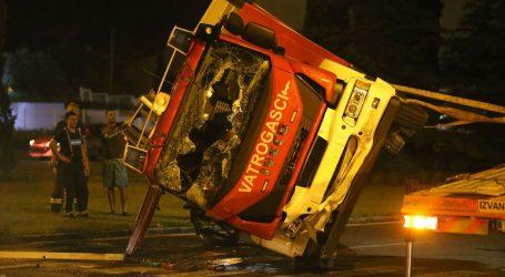 U sudaru vatrogasnog vozila i kombija u Splitu ozlijeđene tri osobe