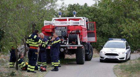 Policija objasnila zašto je ispisala kaznu vatrogascu koji je gasio požar