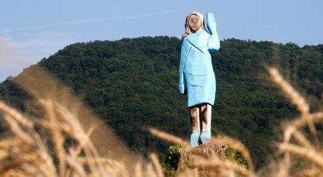 Melania Trump dobila kip u Sloveniji, stanovnici Sevnice ga ismijavaju
