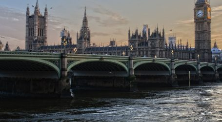 Londonski Westminster Bridge zatvoren nakon udara turističkog broda