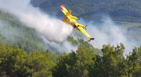 Požar na području Dubravica nije ugašen, u tijeku smjena vatrogasaca
