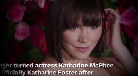 VIDEO: Katharine Foster uživa u zagrljaju dragog