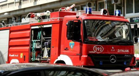 Kod Ivanje Reke u vožnji se zapalio auto, vatra je zahvatila i obližnju travu