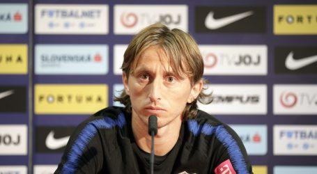 MODRIĆ 'Nisam razgovarao s Rakitićem, meni je čast igrati za reprezentaciju'