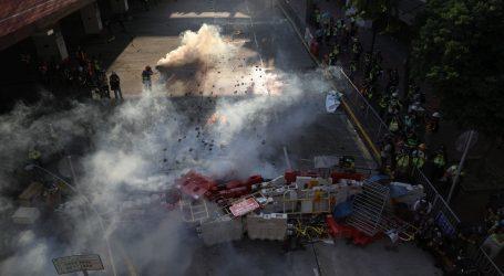 Policija suzavcem na prosvjednike u Hong Kongu