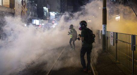 Policija u Hong Kongu suzavcem rastjeruje prosvjednike