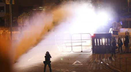 HONG KONG Policija suzavcem rastjeruje prosvjednike
