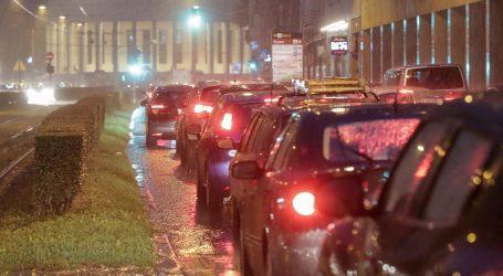 Obilna kiša uzrokovala velike prometne gužve u Zagrebu, vatrogasci imaju pune ruke posla