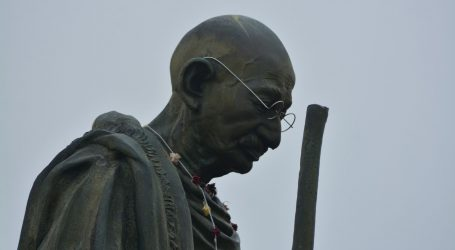 Na Bundeku spomenik Mahatmi Gandhiju