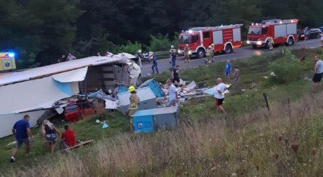 Vozač osobnog automobila poginuo u sudaru s tegljačem kod Karlovca