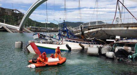 TAJVAN: Most se srušio na ribarske brodice, ima nestalih