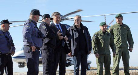 Plenković i Božinović tijekom posjeta graničnim policajcima promatrali 300 migranata blizu granice