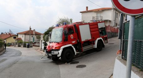 RIJEKA Požar buknuo u obiteljskoj kući, mladić u posljednji trenutak izvukao teško bolesnu baku