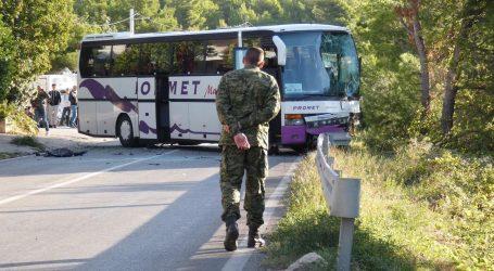 Sudar dva autobusa i automobila na staroj kliškoj cesti: 1 osoba poginula, 14 ozlijeđenih