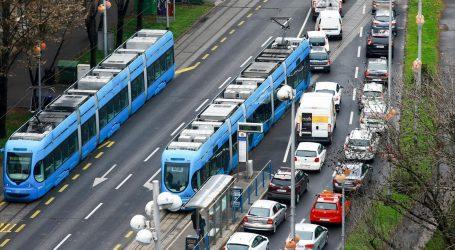 Automobilom upao u tračnice koje se obnavljaju, tramvajski promet preusmjeren