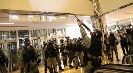 Deseci prosvjednika još uvijek zabarikadirani u kampusu u Hong Kongu