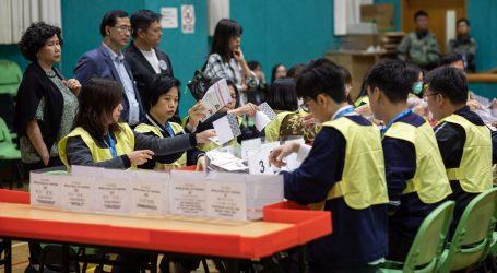 S pobjedom demokrata u Hong Kongu jača pritisak na gradsku čelnicu