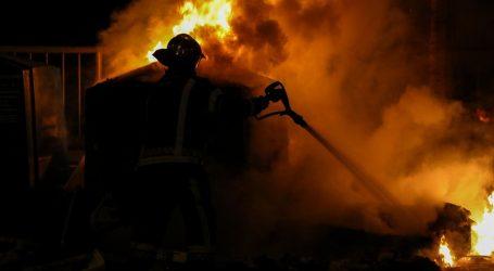Požar u prostoru bivše Željezare u Kaštel Sućurcu, gorjeli prešani automobili
