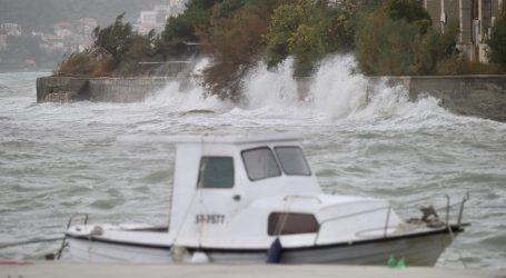 Rive pod vodom, obilna kiša na Jadranu, u Dubrovniku izmjeren udar juga od čak 143 km/h