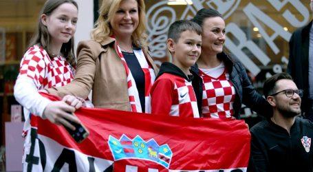 Predsjednica u Rijeci, uoči utakmice na Korzu se fotografira s navijačima