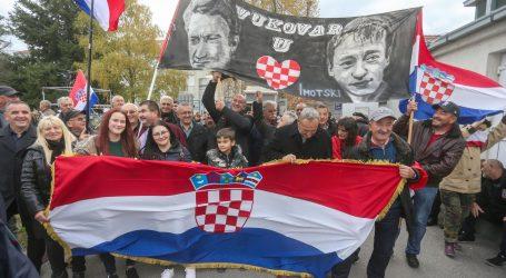 Tisuće ljudi u Vukovaru odaje počast žrtvama grada heroja