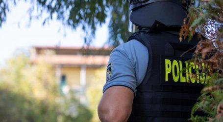 Muškarac u Zadru prijetio da će se baciti sa zgrade pa se spustio preko krovova i nestao