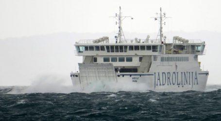 Kolnici mokri i skliski, jak vjetar stvara probleme u pomorskom prometu