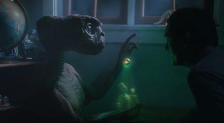 Henry Thomas i izvanzemaljac E.T. u adventskoj reklami