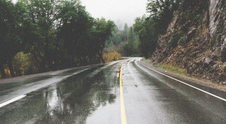 Magla mjestimice smanjuje vidljivost, kolnici mokri i skliski