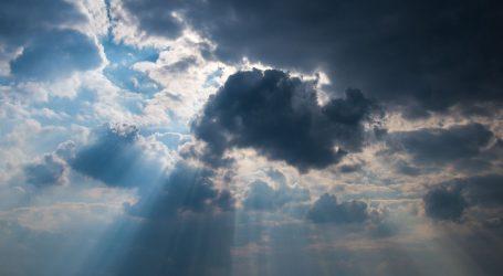 Oblačno uz mjestimičnu kišu, vjetrovito i iznadprosječno toplo