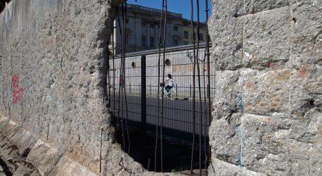 Trideset godina nakon pada Berlinskog zida, u svijetu se podižu novi