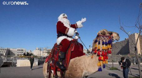 VIDEO: Djed Božićnjak ujahao u Jeruzalem na devi