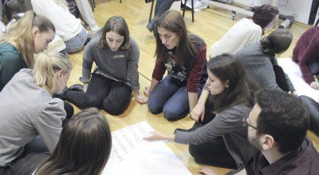 Kako studenti u srednjim školama pomažu smanjiti šokantan broj samoubojstava mladih