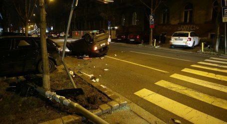 Nesreća u Zagrebu: Sudarila se dva automobila, jedan završio na krovu