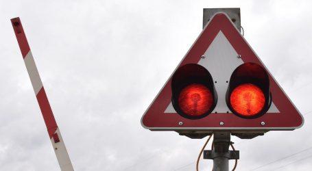 Vozač mopeda (54) se zabio u rampu na pružnom prijelazu u Suhopolju, pao pod vlak i poginuo