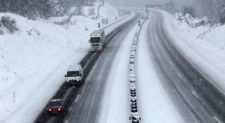Zbog olujnog vjetra i snijega zatvorene brojne ceste, MUP objavio apel vozačima