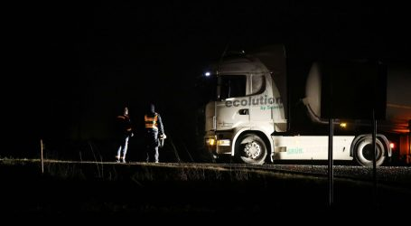 Dvoje poginulih u sudaru automobila i kamiona