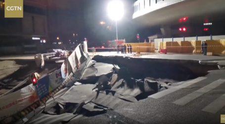 VIDEO: Rupa na cesti progutala dva automobila