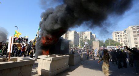 Suzavac i spaljene zastave ispred američkog veleposlanstva u Bagdadu