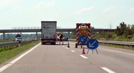 NESREĆA NA A3: Kamion probio ogradu i odbacio je na kolnik, drugi kamion se zaletio u nju