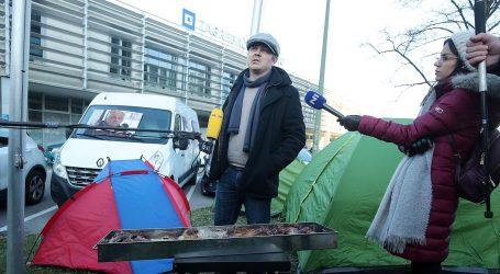Juričan za šator ispred Holdinga dobio kaznu od 700 kuna