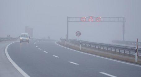 Vozači oprez! Magla smanjuje vidljivost, moguća je i poledica