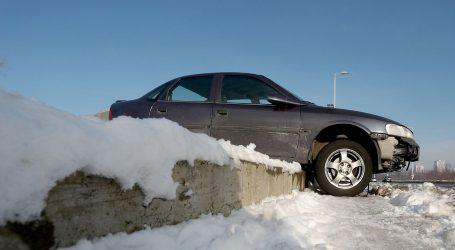 VIDEO: Napuknuće u ledu umalo progutalo automobile