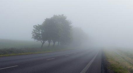 Kolnici mokri i skliski, ponegdje je vozi usporeno zbog magle