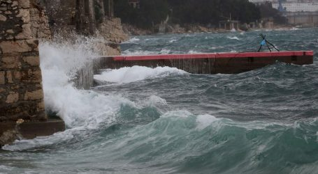Olujni vjetar otežava promet, u prekidu brojne pomorske linije